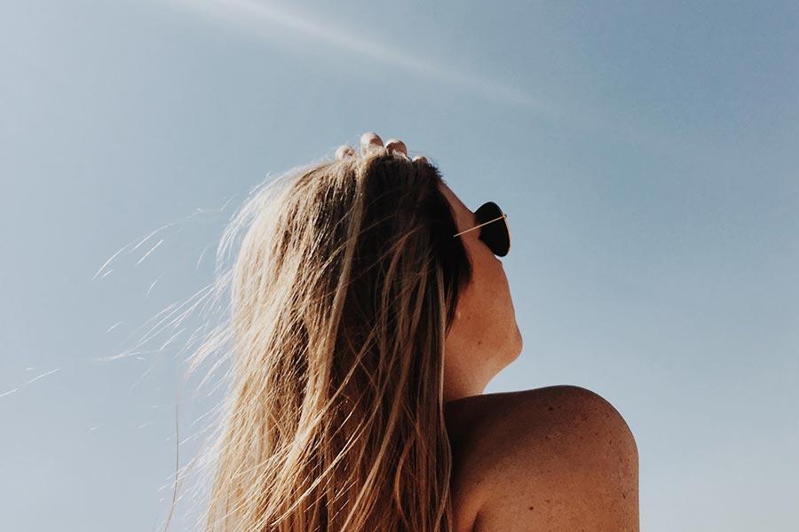 Jak chronić skórę przed szkodliwym działeniem promieni słonecznych