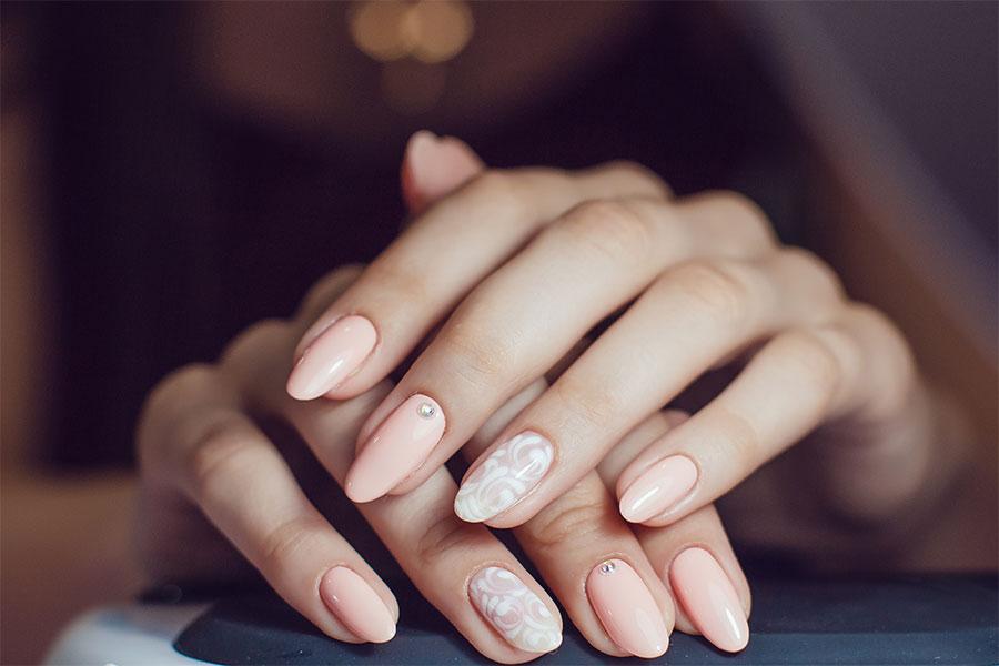 Co zrobić, żeby lakiery do paznokci nie odpryskiwały i dłużej się trzymały?